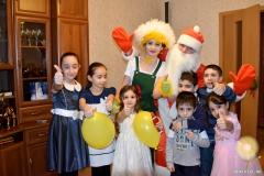 Дед Мороз и Хатутик поздравляют детишек)