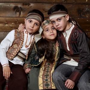 Братья Давид и Артем с сестричкой Миланой в национальных костюмах.