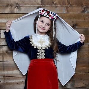 Фотосессия маленькой Арины в армянском национальном костюме